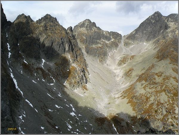 Dolinka pod Sedielkom ze Žltej steny. Uprostřed Široká veža, vpravo Sedielko a Malý Ľadový štít