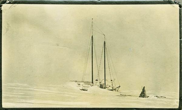 Mary Sachs zamrzlá u pobřeží na Collinsonově mysu