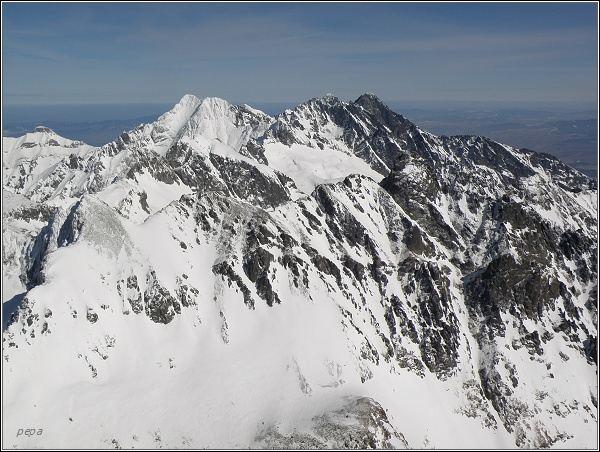 Zimní panorama Tatier z Gerlachovského štítu.  Ľadové štíty, Pyšný štít a Lomnický štít