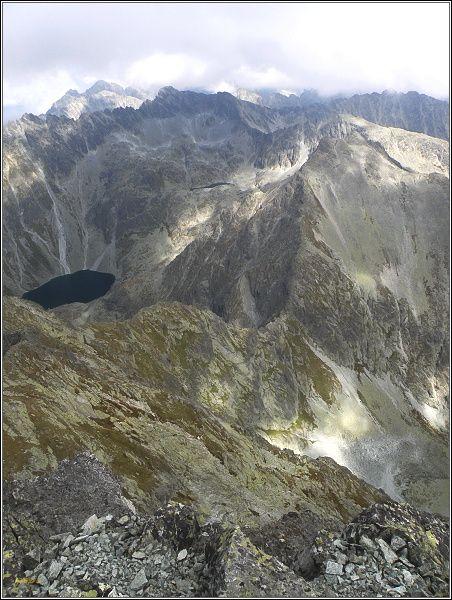 Pohled z Kriváňa k severovýchodu. V popředí Špára a Krátka. Vlevo Nefcerka a Veľké Terianske pleso