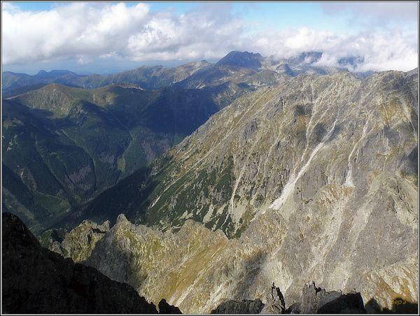 Pohled z Kriváňa k severozápadu. V popředí Škaredý žlab a Kotliny, za nimi Kôprová dolina