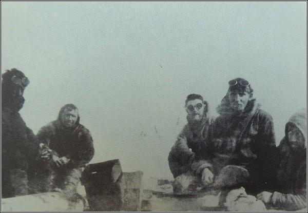 """William McKinlay, Robert Williamson, George Breddy, Ernest Chafe, a """"Clam"""" Williams. Vzácná společná fotografie členů posádky s vědcem"""