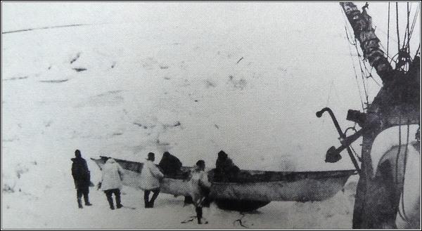 Vědci a členové posádky začínají vynášet věci z lodi na led
