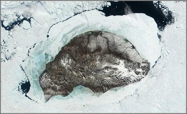Wrangelův ostrov s pobřežním ledem. Satelitní snímek.