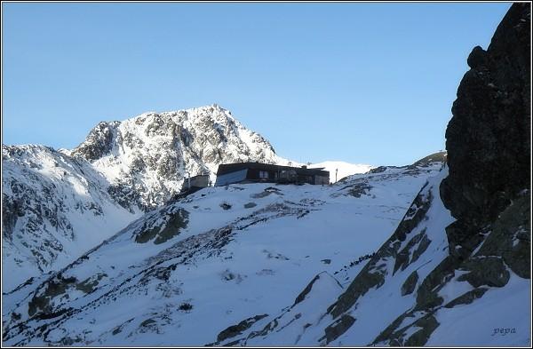 Veľká Studená dolina. Zbojnícka chata, v pozadí Svišťový štít