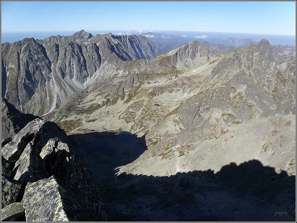 Mengusovská dolina z Ťažkého štítu. Vlevo Hrebeň Bášt a Kriváň. Uprostřed Kôprovský štít, vpravo Mengusovské štíty