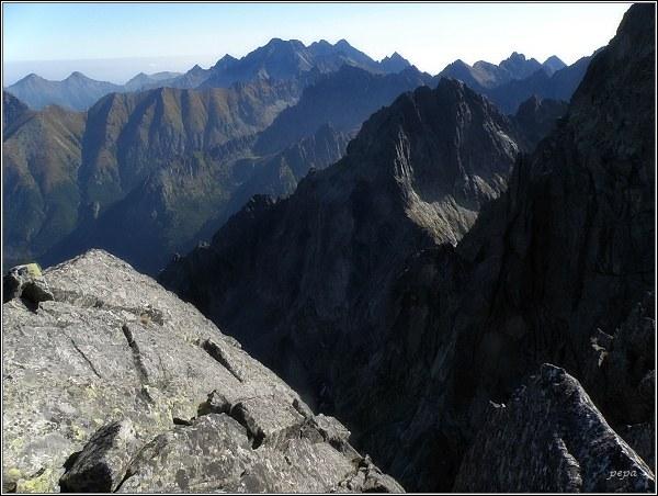 Východní část Vysokých Tatier z Ťažkého štítu. V popředí Ganky