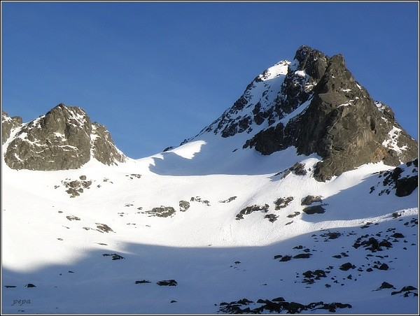 Vysoká (v zákrytu před ní Dračí štít a Ošarpance) nad Dračím sedlom