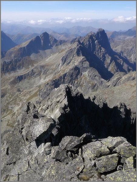 Ťažký štít z Vysokej. V pozadí Mengusovské štíty (vpravo) a Kôprovský štít