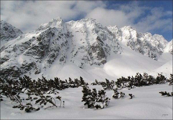Hrebeň Bášt nad Mengusovskou dolinou. Zleva Malá Bašta, Sedlo nad Širokým žlabom, Predná Bašta a Satan