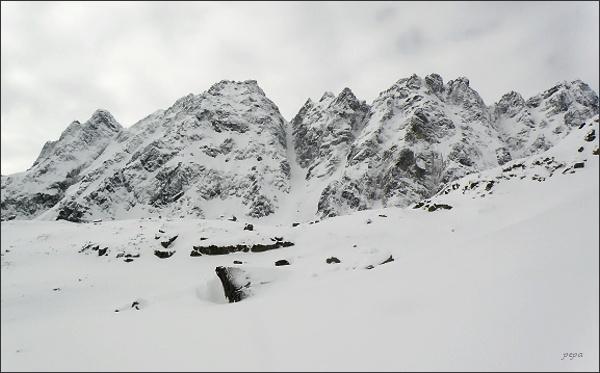 Hrebeň Bášt nad Mengusovskou dolinou. Predná Bašta vlevo, uprostřed Satan a Satanovo sedlo