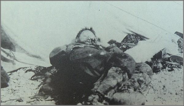 William McKinlay na Waringově mysu. Vyčerpaný a trpící sněžnou slepotou