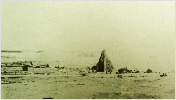 Tábor na Waringově mysu. Rozdělení tábora je zřetelné. Stan členů posádky je nalevo, stan Eskymáků, v němž žili McKinlay a Hadley napravo
