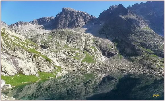 Baranie rohy, Baranie sedlo a Spišský štít nad Kotlinou Piatich Spišských plies. Vlevo nad sedlem Baraní Mních