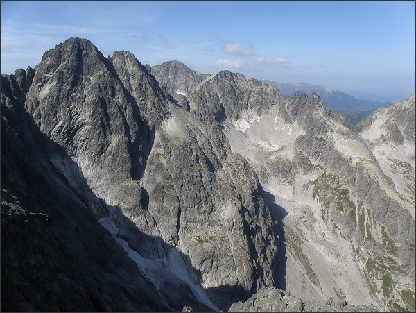 Pyšné štíty, Ľadový štít (v pozadí), Baranie rohy a Čierny štít z Malého Kežmarského štítu