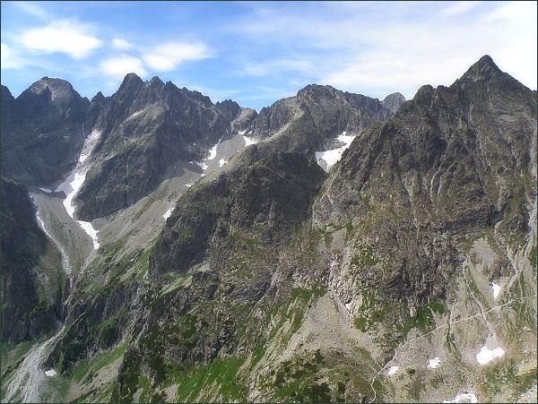 Jastrabia veža (v popředí uprostřed) je nevýrazným zakončením Karbunkulového hrebeňa