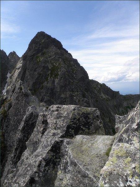 Na Jastrabej veži. Za Jastrabím sedlom (uprostřed) Kopiniaky
