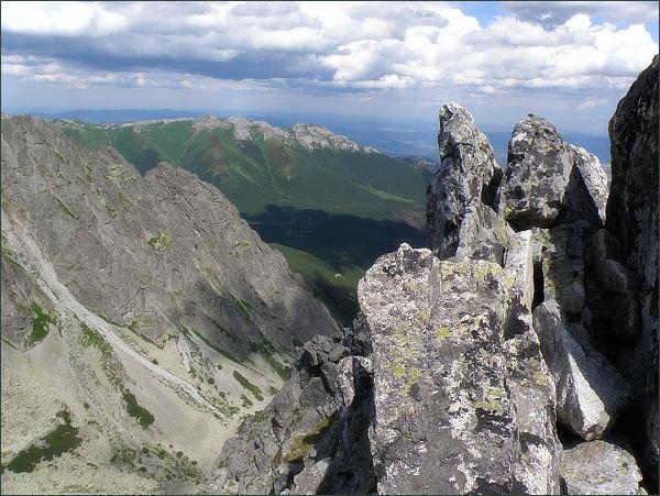 Na Jastrabej veži. Dole Červená dolina, na horizontu Belianske Tatry