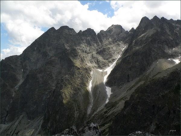 Medená kotliny z Jastrabej veže. Zleva Kežmarské štíty, Vidlový hrebeň, Lomnický štít a Pyšné štíty