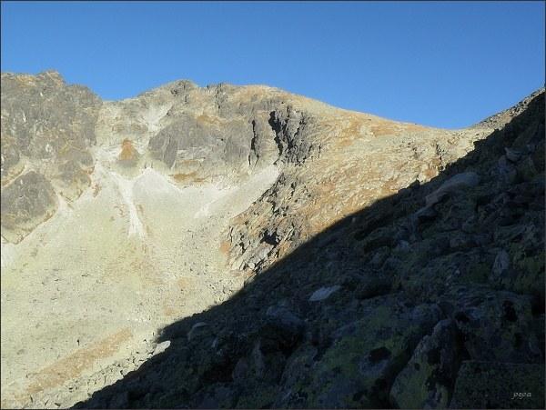 Krátka a Nefcerské sedlo (vpravo) nad Dolinou Suchej vody