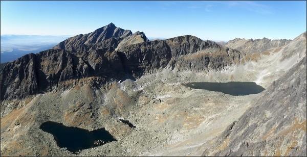 Ostrá a Kozí chrbát nad Furkotskou dolinou. V pozadí Kriváň. Před ním v hřebeni Liptovský zárez