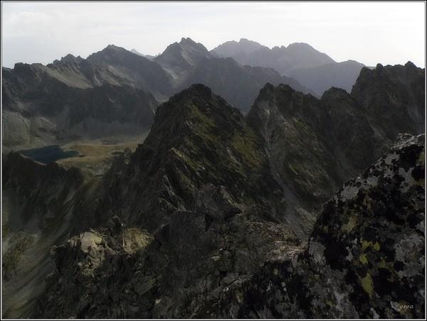 Pohled ze Štrbského štítu k východu. Uprostřed Rysy a Koruna Vysokej, na horizontu Gerlach a Končistá