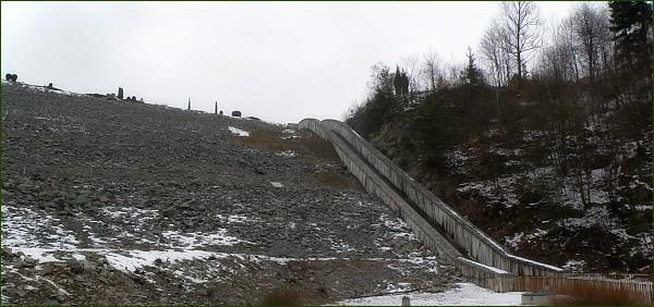 Boskovická přehrada, hráz s bočním přelivem