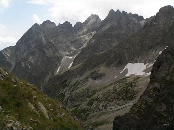 Malý Kežmarský štít (zcela vlevo), Kežmarský štít,  Vidlový hrebeň, Lomnický štít a Pyšné štíty ze Zmrzlého sedla