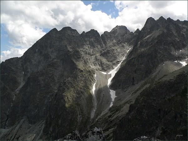 Malý Kežmarský štít (zcela vlevo), Kežmarský štít,  Vidlový hrebeň, Lomnický štít a Pyšné štíty z Jastrabej veže