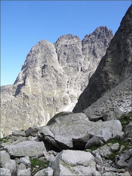 Malý Kežmarský štít (vlevo), Kežmarský štít, a Veľká Vidlová veža nad Veľkou Zmrzlou dolinou