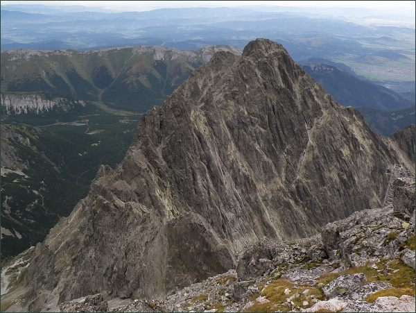 Kežmarský štít (nejvyšší) a Malý Kežmarský štít (vlevo) z Lomnického štítu