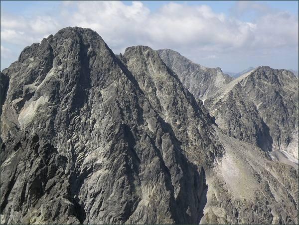 Pyšné štíty, Ľadový štít (v pozadí) a Baranie rohy z Kežmarského štítu