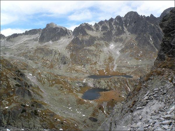 Malá Studená dolina, pohled ze Žltej steny. Nejvyšší v hřebeni Pyšný štít, vlevo Loktibrada a Malý Pyšný štít