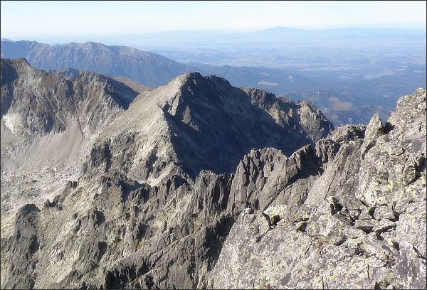 Malý Pyšný štít (nenápadný vrchol ve svažujícím se hřebeni) z Pyšného štítu