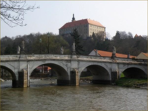 Náměšť nad Oslavou. Barokní most a zámek