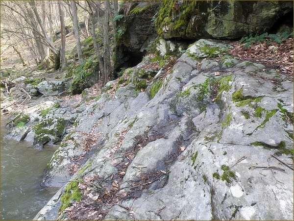 Traverz skalního úseku je zajištěn řetězy