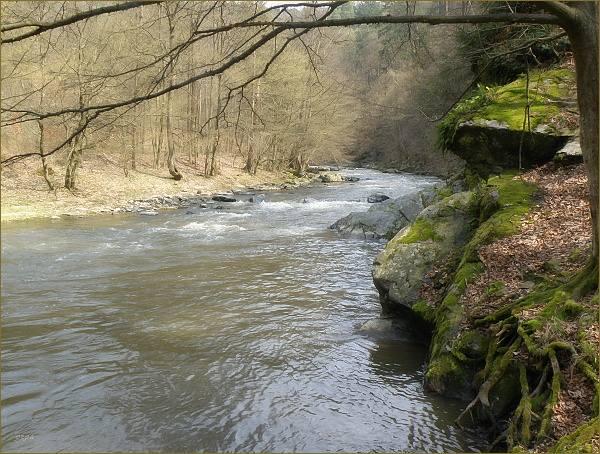 V nejobtížnějšímu místě cesty voda omývá skaliska, přes které je třeba se dostat