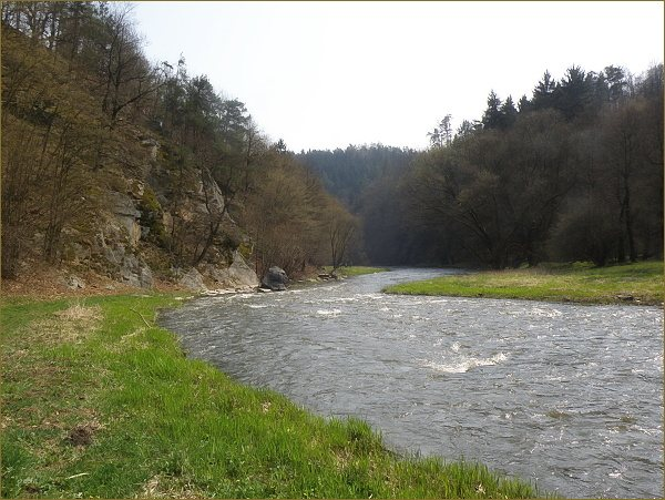 Znovu podél řeky, až k nádherné louce se skalním ostrohem