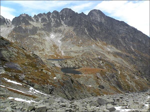 Pyšný štít (uprostřed) nad Malou Studenou dolinou. Vpravo Lomnický štít