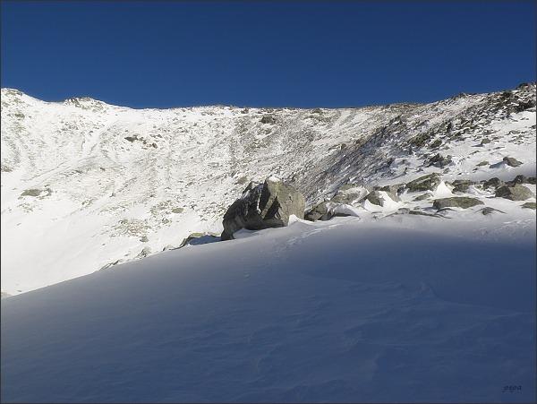 Ze všech tří vrcholů Svišťového štítu spadají do Divej kotliny sutinové svahy