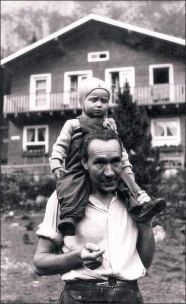 Štefan Zamkovský s dcerou Zdenkou před svou chatou