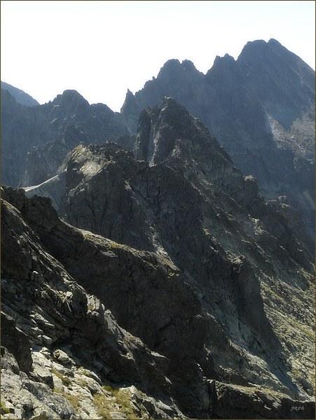 Zlobivá (uprostřed snímku) z Ganku. V pozadí Končistá