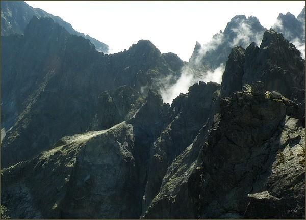 Zlobivá (uprostřed vpravo) nad Kačacou dolinou. Pohled z Rumanovho štítu