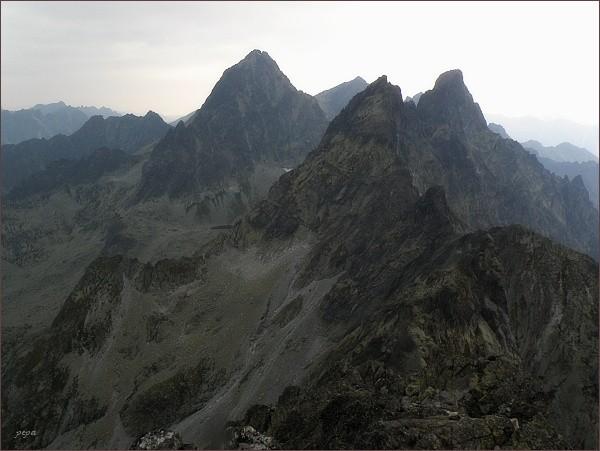 Koruna Vysokej (vlevo), Zlobivá a Ganek z Popradského Ľadového štítu. Uprostřed v pozadí Rysy