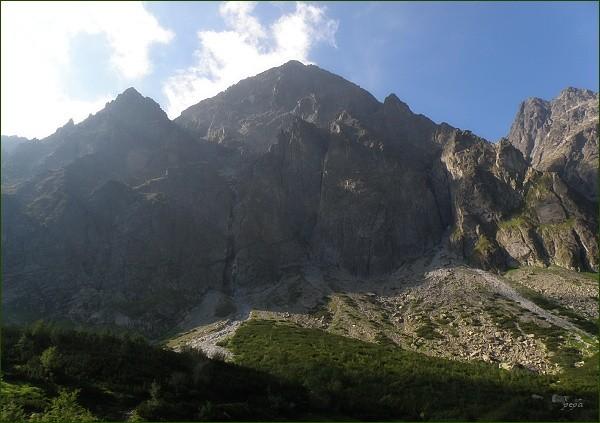 Malý Kežmarský štít (severní stěna) od Zeleného plesa. V popředí veže lemující Nemecký rebrík. Vlevo Kežmarská kopa