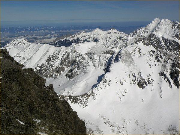 Sedlo Poľský hrebeň (v popředí) a Východná Vysoká z Gerlachovského štítu