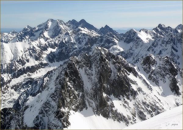 Východná Vysoká (na horizontu vpravo, se zasněženým svahem) z Vysokej
