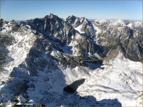 Koruna Vysokej (na horizontu mírně vlevo) a Rysy z Východnej Vysokej. V popředí Zamrznutý kotol