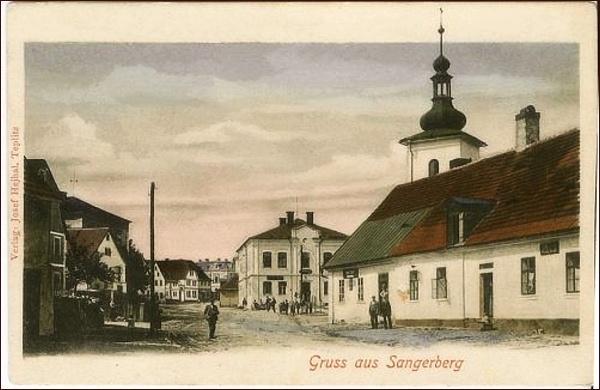 Náměstí v Pramenech v roce 1928. Uprostřed stojí radnice, nalevo pak Tanzerův dům a napravo vyčnívá věž kostela u náměstí.