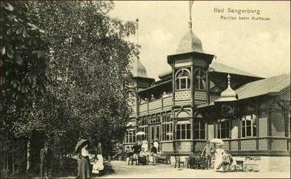 Léčebný dřevěný pavilon za lázněmi v roce 1906